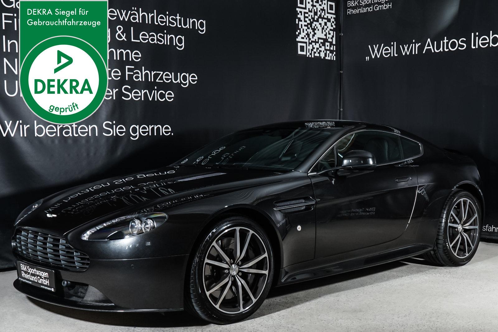 Aston-Martin_V8_Vantage_Schwarz_Schwarz_AM-7942_Plakette_w