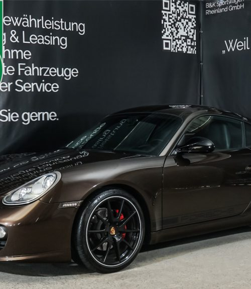 Porsche_Cayman_S_MacadamiaBraun_Schwarz_POR-0902_Plakette_w.jpg