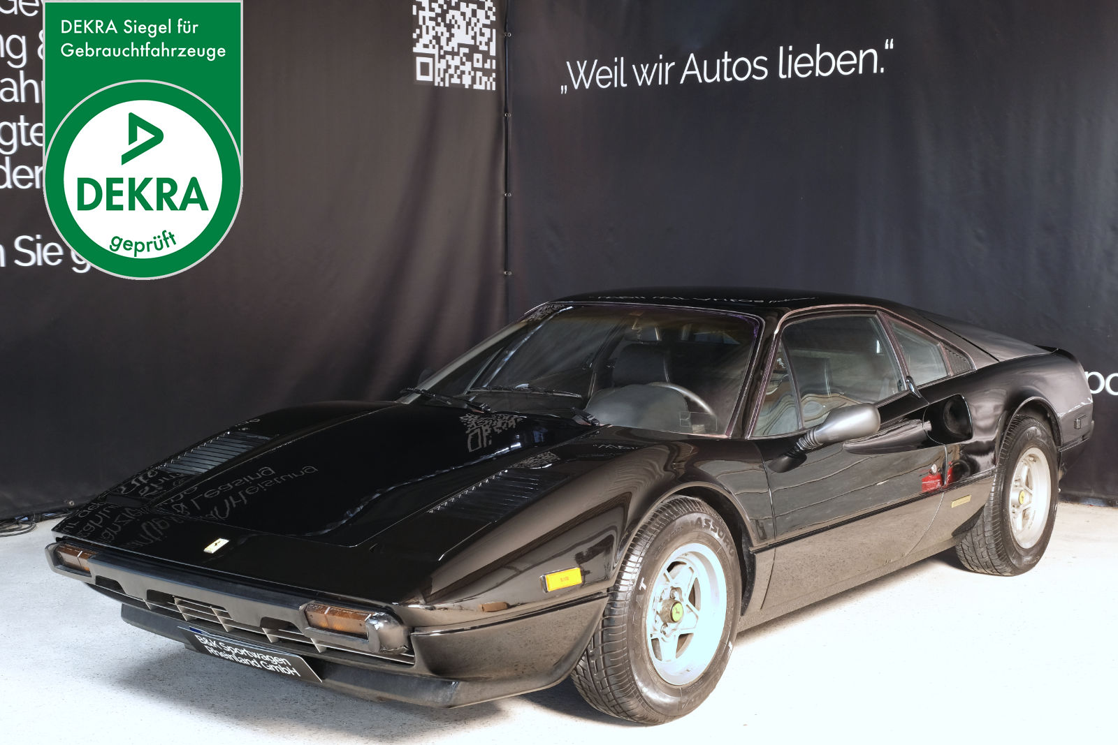 Ferrari_308_GTB_Schwarz_Schwarz_FER-1443_Plakette_w