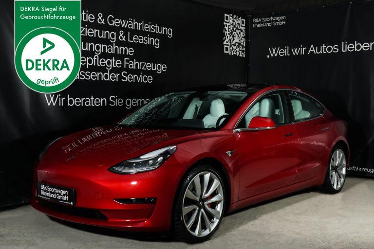 Tesla_Model3_Rot_Weiß_TES-2953_Plakette_w
