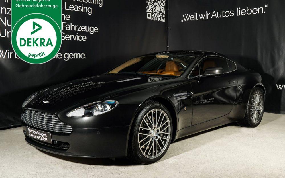 Aston-Martin_V8_Vantage_Schwarz_Braun_AM-2847_Plakette_w